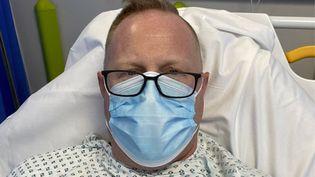 Jonathan Frostick, sur son lit d'hôpital, après son attaque cardiaque. (CAPTURE D'ECRAN LINKEDIN)
