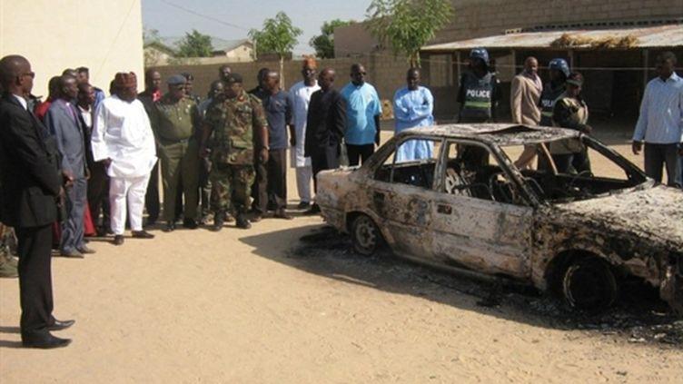 Une voiture incendiée suite à un attentat ayant visé une église baptiste dans le nord du Nigeria, le 25 décembre 2010 (AFP / Aminu Abubakar)