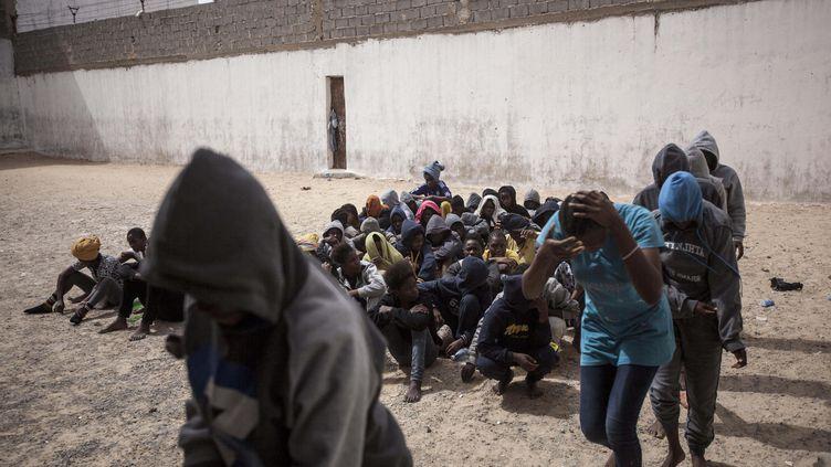 """Des migrantes en situation irrégulière font la queue dans la cour d'une prison en Libye après avoir été """"vendues"""" par une milice qui dirigeait un camp de détention dans l'ouest de la Libye en juin 2016. (NARCISO CONTRERAS / HANS LUCAS)"""