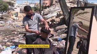 Ce barbier de Gaza travaille là où son salon a été détruit (FRANCEINFO)