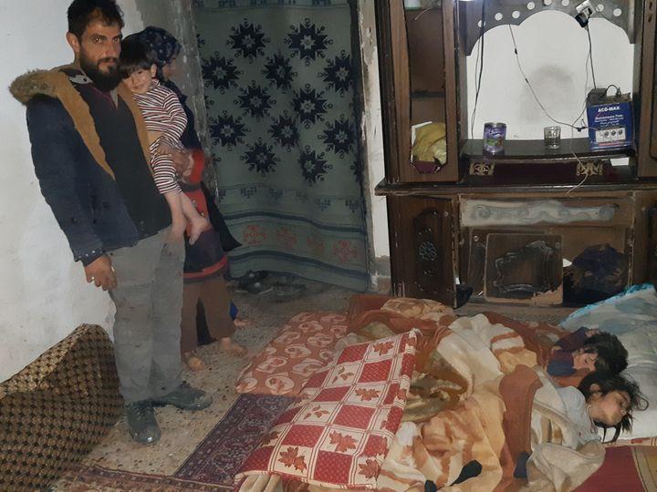 Youssef et Dima, jeunes parents de cinq enfants, habitent un appartement sans portes ni fenêtres. (OMAR OUAHMANE / RADIO FRANCE)