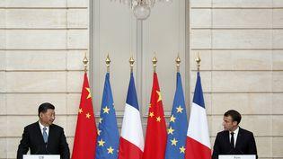 Le président chinois Xi Jinping et le président Emmanuel Macron, à l'Elysée, le 25 mars 2019. (YOAN VALAT / AFP)