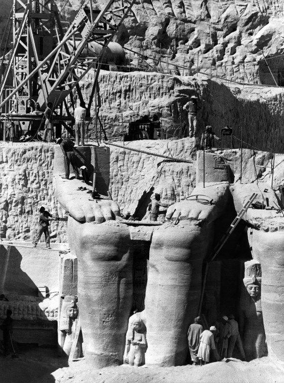 Le 26 janvier 1966, des travailleurs égyptiens démantèlent des statues de Ramsès II qui seront déplacées sur le nouveau site des temples jumeaux d'Abou Simbel (région d'Assouan, en Egypte). (AFP )