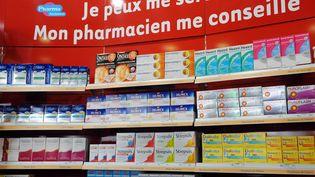 Un rayon libre-service dans une pharmacie de Paris, le 1 juillet 2008. (BERTRAND GUAY / AFP)