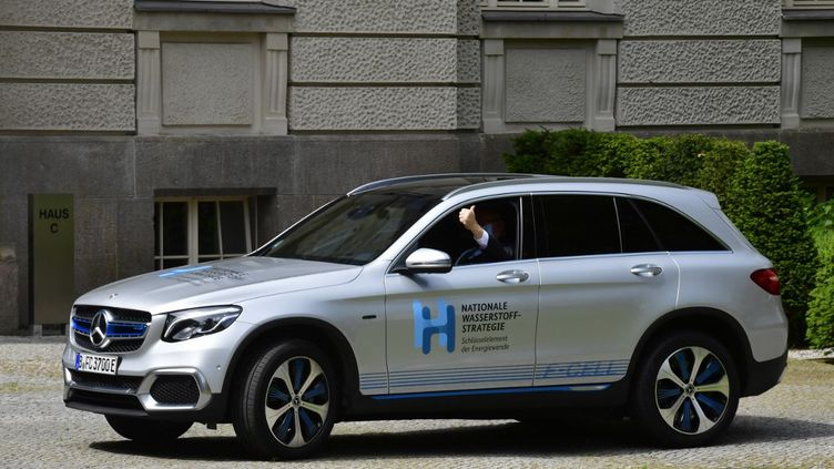 Le ministre de l'Economie allemand, Peter Altmaier, à bord d'une Mercedes F-Cell à hydrogène, avant une conférence de presse pour présenter la stratégie du gouvernement fédéral en matière d'hydrogène, le 10 juin 2020 à Berlin. (JOHN MACDOUGALL / AFP)