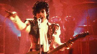 """Princeinterprète un rôle de jeune prodige de la musique dans le film """"Purple Rain"""" d'Albert Magnoli sorti en 1984 aux Etats-Unis. C'est aussi lui qui réalise la bande-originalereprise dans l'album éponyme et la tournée Purple Rain Tour.Il rencontre alors un succès mondial. (? WARNER BROS)"""