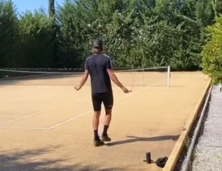 Lucas Pouille à l'entraînement sur le court de sa maison en location à Valbonne (Compte Instagram de Lucas Pouille)