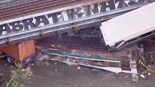 Un train a déraillé entre Seattle et Portland, aux États-Unis, lundi 18 décembre. Il a fini sa course sur une autoroute, en contrebas. (FRANCE 2)