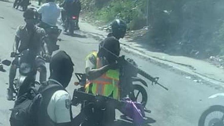 Des insurgés arrêtent le bus de la sélection du Belize en Haïti le 22 mars 2021