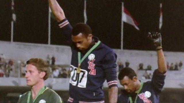 Le 16 octobre 1968, Tommie Smith et John Carlos montent sur le podium du 200 mètres des Jeux de Mexico. Les deux hommes lèvent leur poing ganté pour protester contre le sort réservé aux Afro-Américans, un geste entré dans l'histoire du sport.