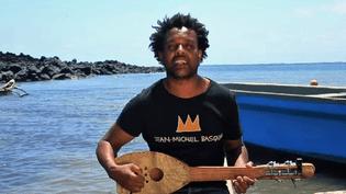 """Le musicien franco-comérien Ahamada Smissort ces jours-ci son troisième album """"Afrosoul""""  (France 3 / Culturebox / Capture d'écran)"""