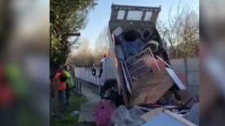 Dans l'Oise, le maire de Laigneville, renvoie les déchets déposés illégalement par des habitants peu scrupuleux directement à leur domicile. (FRANCE 2)
