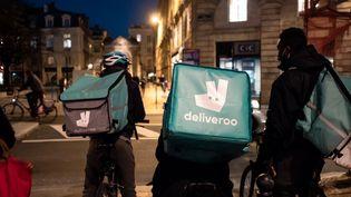 Des livreurs Deliveroo à Bordeaux, le 18 novembre 2020. (VALENTINO BELLONI / HANS LUCAS)