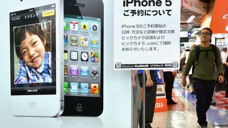 Une publicité pour l'iPhone 5, le 13 septembre 2012 à Tokyo (Japon). (YOSHIKAZU TSUNO / AFP)