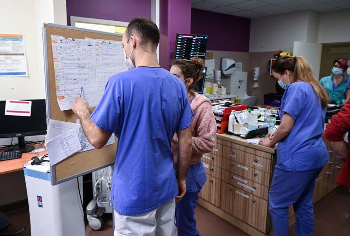 """""""Tout se fait à la main."""" En février 2021, l'hôpital de Villefranche-sur-Saône (Rhône) a été la cible du rançongiciel Ryuk.  (PHILIPPE DESMAZES / AFP)"""