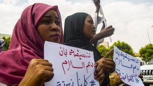Manifestation dans les rues de Khartoum (Soudan), le 6 juillet 2020, pour la protection des populations du Darfour, victimes des exactions de milices arabes proche de l'ancien dictateur Omar el-Bechir. (MAHMOUD HJAJ / ANADOLU AGENCY VIA AFP)