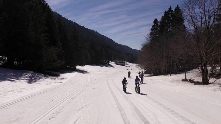 Massif du Vercors : les vacanciers tentent le VTT sur neige (FRANCE 2)
