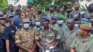 Le porte-parole de la junte, Ismaël Wagué (premier rang au milieu) parle lors d'une conférence de presse à Kati, au Mali, le 19 août 2020. (STRINGER / ANADOLU AGENCY / AFP)