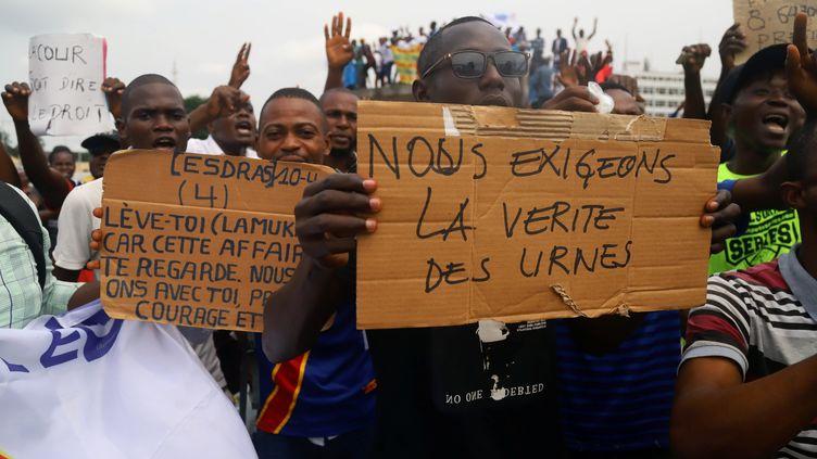 Les supporters de l'opposantMartin Fayulu,candidat arrivédeuxième au scrutin présidentiel selon les résultats officiels, contestent l'élection de l'autre opposant Félix Tshisekedi, le 12 janvier 2019 dans les rues de Kinshasa. (KENNY-KATOMBE BUTUNKA / REUTERS)
