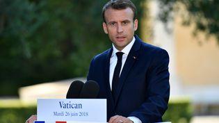 Le président Emmanuel Macron donne une conférence de presse après sa visite au Vatican, le 26 juin 2018. (ALBERTO PIZZOLI / AFP)