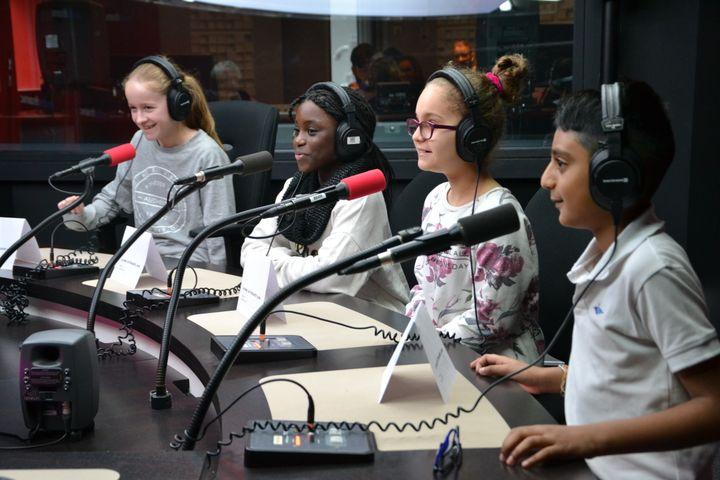 À l'occasion de cet atelier, les élèves ont pu découvrir les coulisses de la radio : régie, travail des journalistes, techniciens,... Ils ont aussi visité la rédaction de franceinfo. (ESTELLE FAURE / FRANCEINFO - RADIOFRANCE)