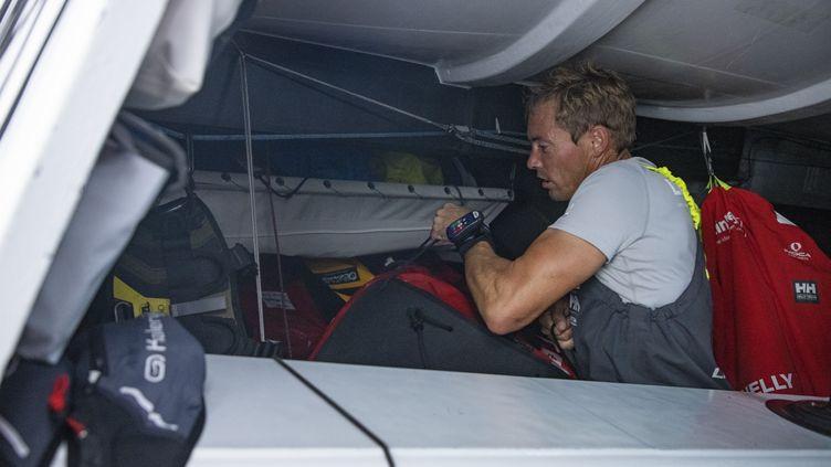 Thomas Ruyant entre bricolage et manoeuvre.  (PIERRE BOURAS / TR Racing)