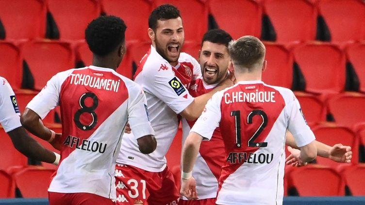 La joie des joueurs monégasques qui entourent l'un des buteurs du match face au PSG, Guillermo Maripan, le 21 février 2021, au Parc des Princes. (FRANCK FIFE / AFP)