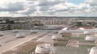 C'est la future plus grande surface cultivée sur un toit en Europe. Elle est située au quatrième étage du Parc des expositions de Paris. Une ferme urbaine vient de voir le jour. Le site a pour ambition de favoriser l'économie locale. (FRANCE 3)
