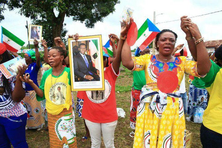Des supporteurs du président Obiang Nguema brandissent son portrait lors de la campagne électorale le 16 Avril 2016 à Malabo. (Photo AFP)
