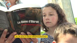 La famille Vrignaud repère les indices présents dans le livre (FRANCEINFO)