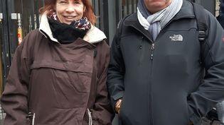 Arnaud et Martine Moujol ont géréun magasin la Halle aux chaussures pendant 30 ans près de La Rochelle. (Isabelle Raymond / franceinfo)