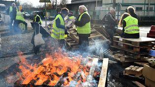 """Des """"gilets jaunes"""" sur une barricade au Mans, le 4 décembre 2018. (JEAN-FRANCOIS MONIER / AFP)"""