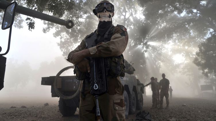 Un soldat français portant un foulard à tête de mort pose près d'un blindé à Niono(Mali), le 20 janvier 2013. (ISSOUF SANOGO / AFP)
