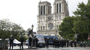 Des policiers français devant la cathédrale Notre-Dame à Paris, le 6 juin 2017. (YOAN VALAT / EPA)