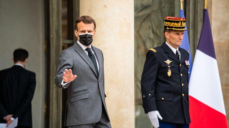 Emmanuel Macron, le 7 juillet 2021, sur le perron de l'Elysée. (XOSE BOUZAS / HANS LUCAS / AFP)