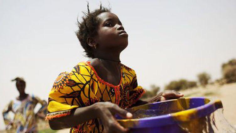 Une jeune fille porte de l'eau dans la région du Gorgol (sud-ouest de la Mauritanie). Photo prise le 1er juin 2012. (Reuters - Susana Vera)