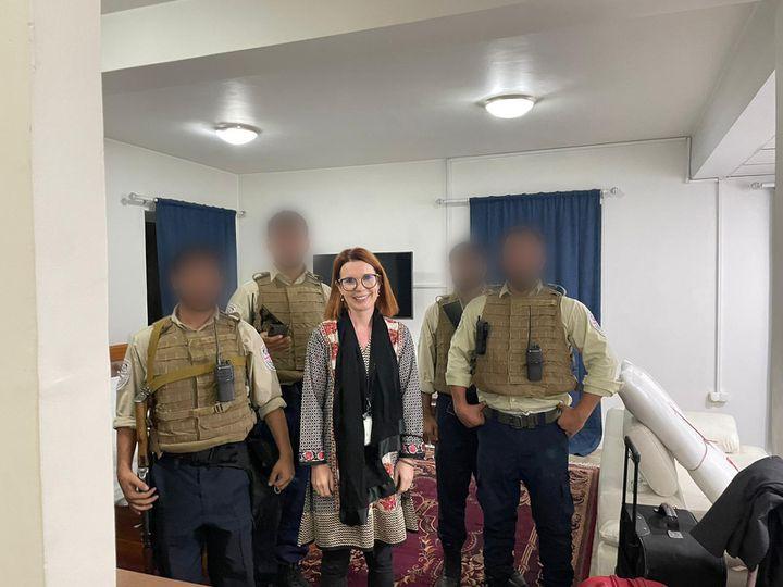 Victoria Fontan, accompagnée de gardes de sécurité privés chargés de son transfert depuis Kaboul,le week-end du 15août 2021. (VICTORIA FONTAN)