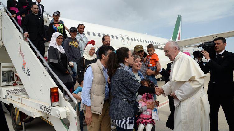 Le pape François accueille des réfugiés syriens à Rome (Italie), le 16 avril 2016. (FILIPPO MONTEFORTE / AFP)