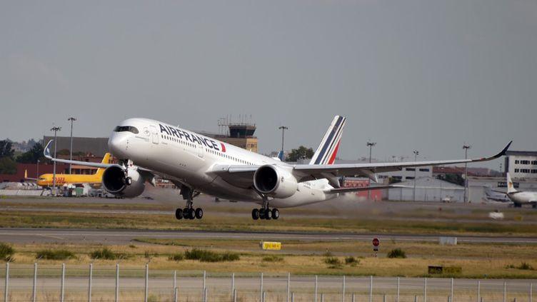Unappareil A350 d'Air France décolle du centre d'Airbus à Colomiers (Haute-Garonne), le 27 septembre 2019. (PASCAL PAVANI / AFP)