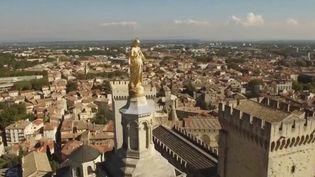 La Cité des papes a vu son célèbre festival annulé pour cause d'épidémie de coronavirus. Un manque à gagner colossal pour la ville, même si les mesures gouvernementales soulagent les intermittents du spectacle. (FRANCE 3)