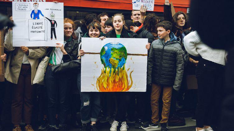 Des jeunes manifestent pour agir face au réchauffement climatique, à Paris le 15 ars 2019. (VALENTIN BELLEVILLE / HANS LUCAS / AFP)