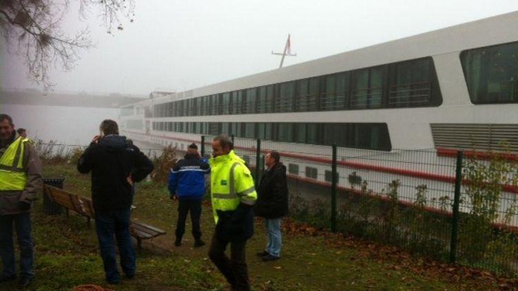 """Le """"Viking Sun"""" s'est échoué sur le Rhin, à hauteur de Strasbourg, mardi 12 novembre, avec 240 personnes à bord. (P.B. / FRANCE 3 ALSACE)"""