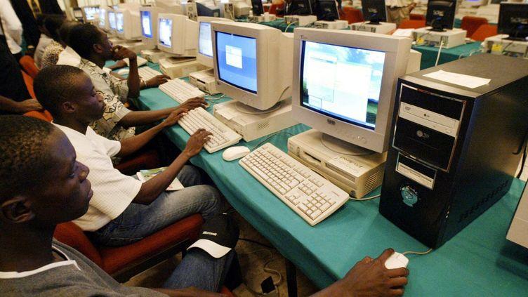 Dans un cyber café de Bouaké (centre de la Côte d'Ivoire), le 16 avril 2005. Le numérique s'est particulièrement développé ces dix dernières années en Côte d'Ivoire. (Photo AFP/Issouf Sanogon)