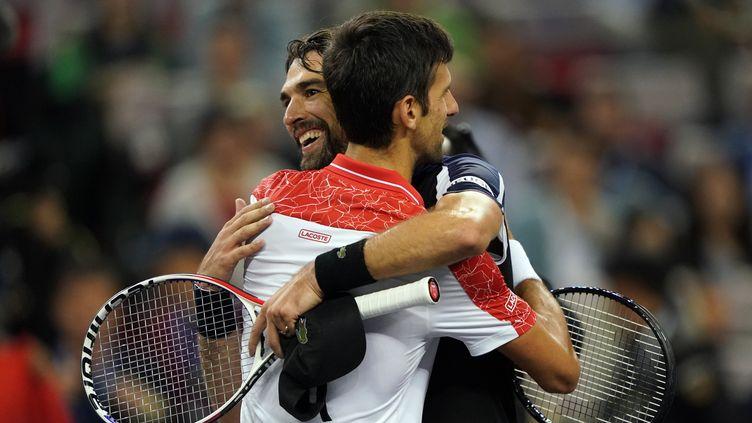 Jérémy Chardy félicite Novak Djokovic, encore vainqueur (JOHANNES EISELE / AFP)