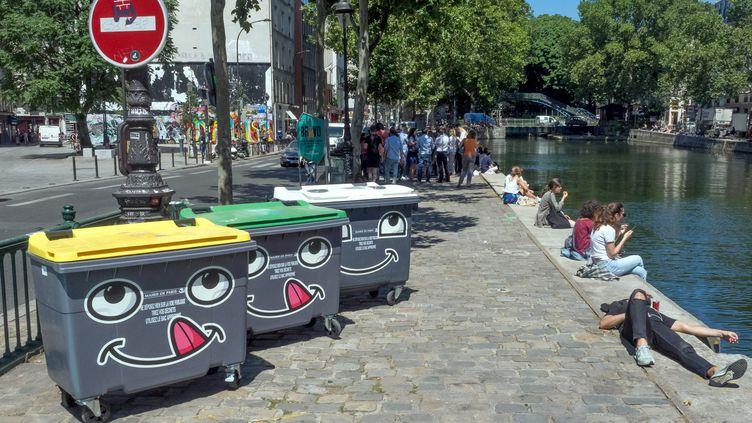 À l'été 2018, la ville de Paris a réalisé une commande aupres d'un street-artist pour rendre plus visible le mobilier urbain de propreté au bord du canal Saint-Martin (photo d'illustration). (BRUNO LEVESQUE / MAXPPP)