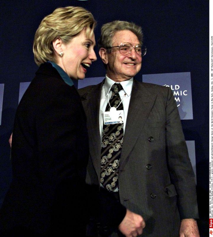 George Soros et Hillary Clinton au Forum économique mondial, à New York, le 3 février 2002. (JEFF CHRISTENSEN / AP / SIPA)