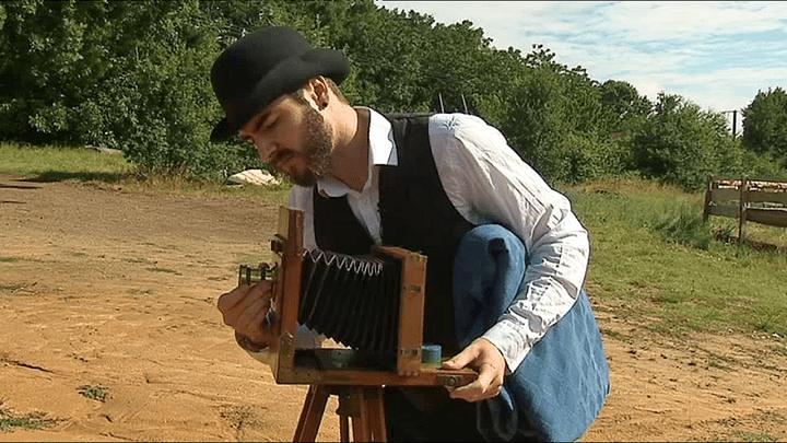 Charlie Ambrose, le fils d'Achdé se charge des prises de vues de Carchet City avec du matériel d'éqoque  (France 3 / Culturebox)