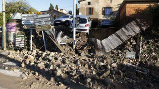 A Biot, où trois personnes sont mortes noyées dans une maison de retraite, un muret s'est effondré à cause des intempéries. (JEAN-CHRISTOPHE MAGNENET / AFP)