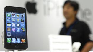 L'iPhone 5, compatible avec l'iOS 6,est présenté dans une boutique de Tokyo (Japon), le 21 septembre 2012. (KIYOSHI OTA / GETTY IMAGES)