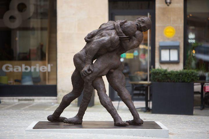 """Ousmane Sow, """"Un couple de lutteurs"""" (série Nouba), place de Valois, Paris 1er  (J.B. Gurliat / Ville de Paris)"""